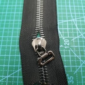 Металлическая молния №8 ткань черная , зуб черный никель.
